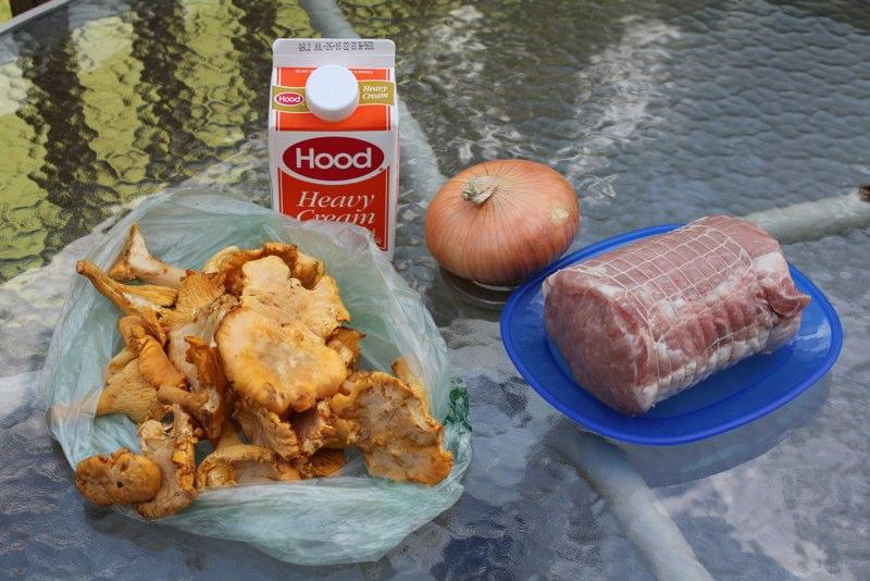 Свинина тушёная с лисичками в сливочном соусе